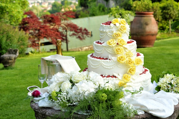 Bolo de casamento decorativo em camadas grandes Foto Premium