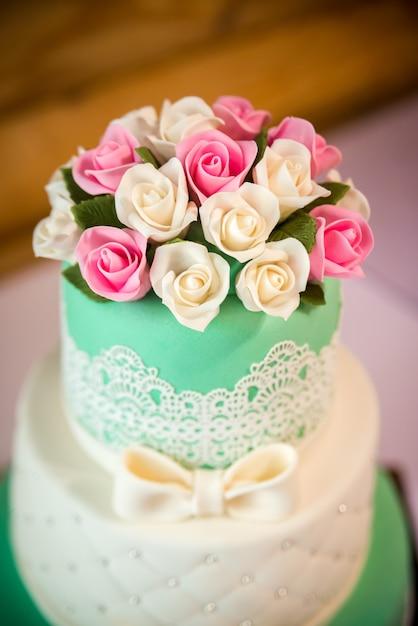 Bolo de casamento elegante com flores. dia do casamento Foto Premium