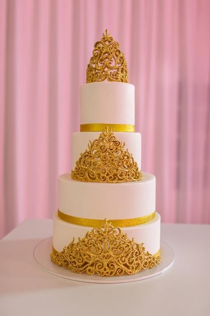 Bolo de casamento, na mesa branca Foto Premium