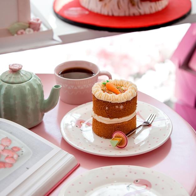 Bolo de cenoura com alguém e uma xícara de chá Foto gratuita