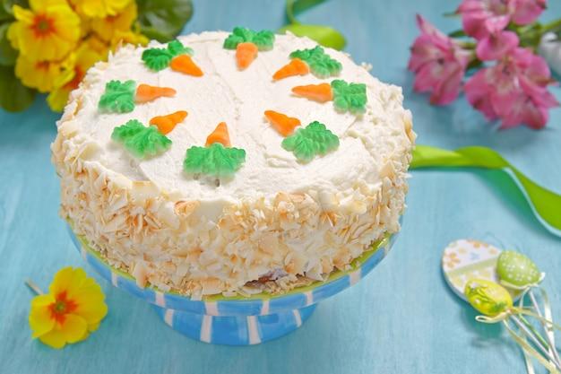 Bolo de cenoura delicioso com decoração para o feriado de páscoa Foto Premium