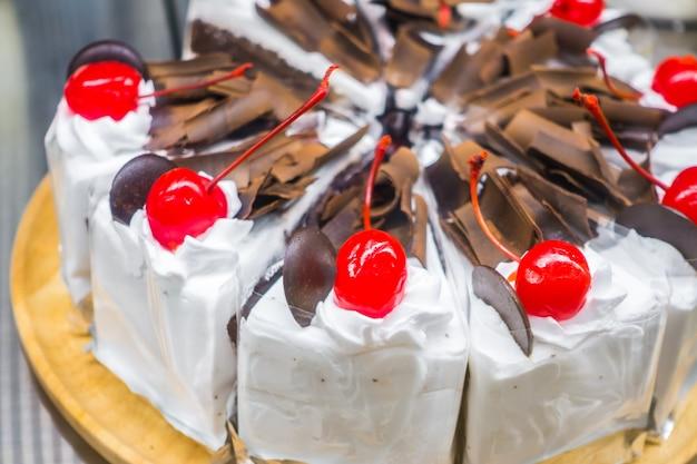 Bolo de chocolate com cerejas vermelhas. Foto gratuita