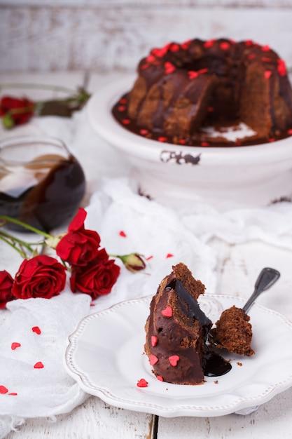 Bolo de chocolate com cobertura de chocolate feriado dia dos namorados Foto Premium