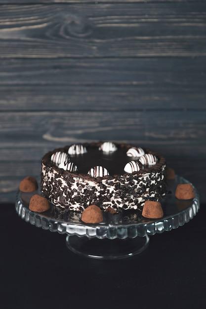 Bolo de chocolate com trufas de chocolate Foto gratuita