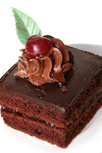 Bolo de chocolate doce com cereja Foto gratuita