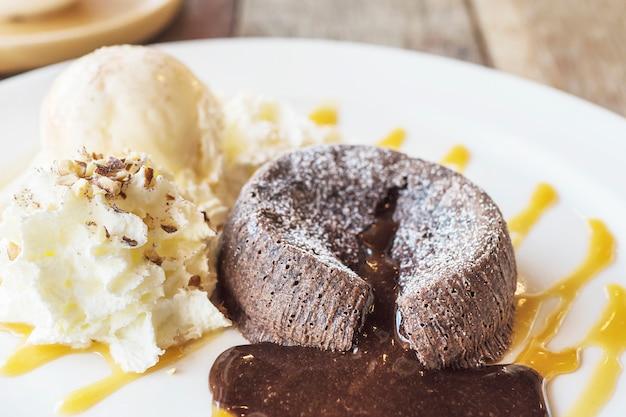 Bolo de chocolate lava em chapa branca Foto gratuita