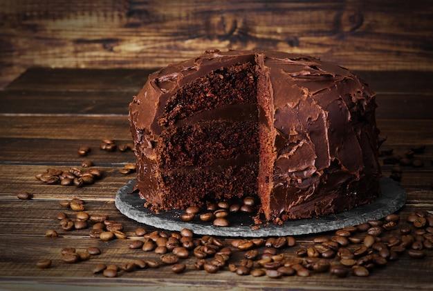 Bolo de chocolate no escuro bckground de madeira Foto Premium