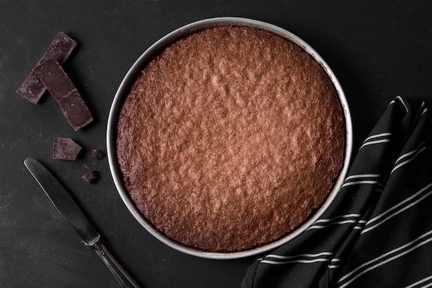 Bolo de chocolate vista superior pronto para ser servido Foto gratuita
