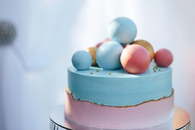 Bolo de duas camadas com esferas de doce doce Foto Premium