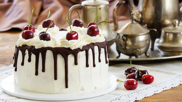 Bolo de floresta negra, schwarzwalder kirschtorte, torta de schwarzwald, chocolate negro e sobremesa de cereja Foto Premium