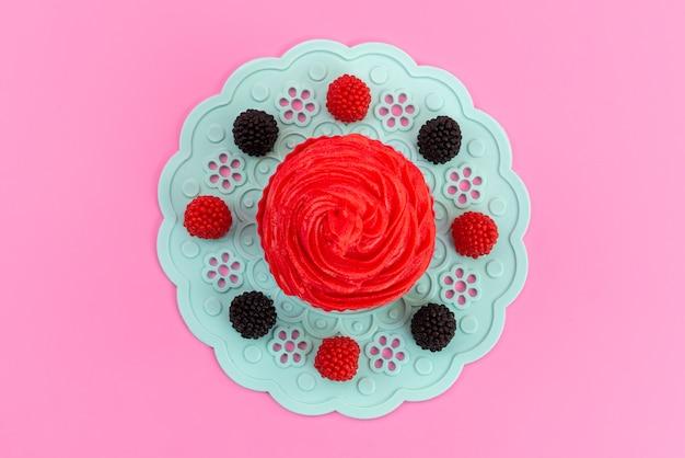 Bolo de framboesa com creme delicioso em rosa, bolo de biscoito com vista de cima Foto gratuita