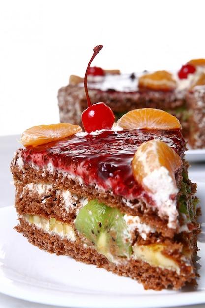 Bolo de frutas com cereja no deserto Foto gratuita