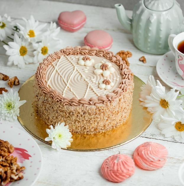 Bolo de mel com creme rosa em cima da mesa Foto gratuita