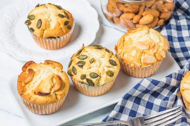 Bolo de muffin de nozes Foto gratuita