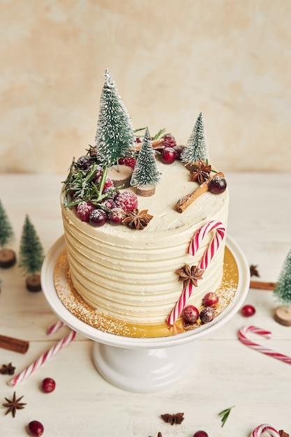 Bolo de natal decorado com árvores e bombons Foto gratuita