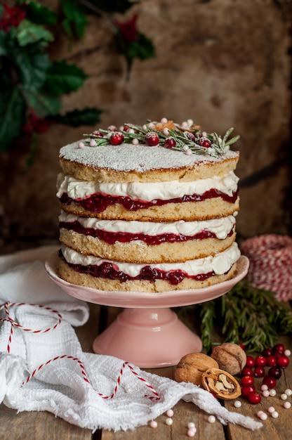 Bolo de natal em camadas com geléia de framboesa e chantilly Foto Premium
