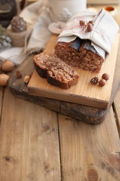 Bolo de pão com nozes e chocolate em uma placa de madeira Foto Premium