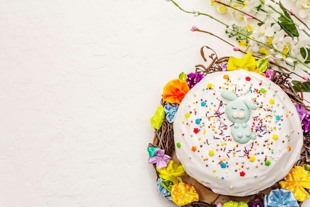 Bolo de páscoa em fundo branco de massa de vidraceiro. pão festivo ortodoxo tradicional Foto Premium