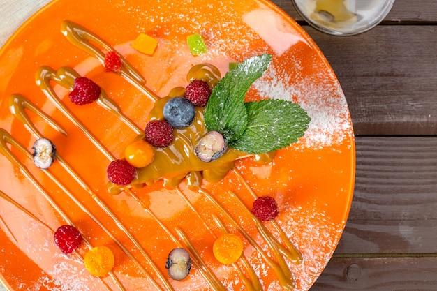 Bolo de queijo com frutas frescas Foto Premium