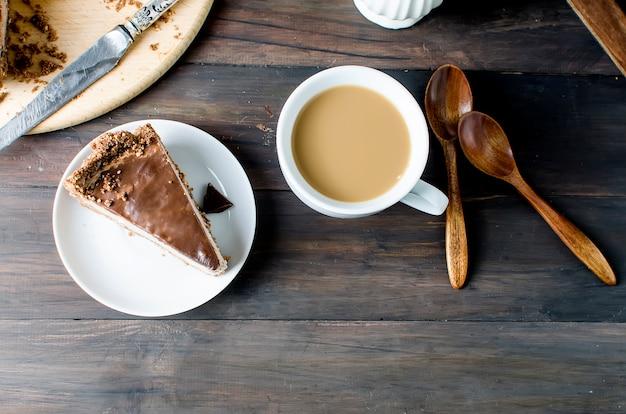Bolo de queijo de chocolate e chávena de café Foto Premium