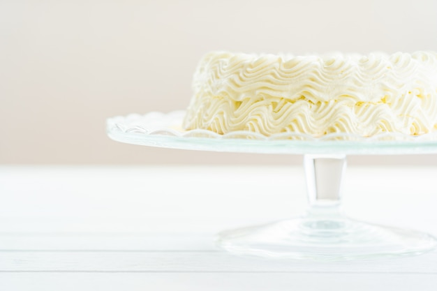 Bolo de queijo de mirtilo com sinal de feliz aniversário no topo Foto gratuita