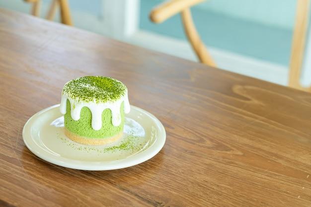 Bolo de queijo matcha chá verde na mesa de um café restaurante Foto Premium