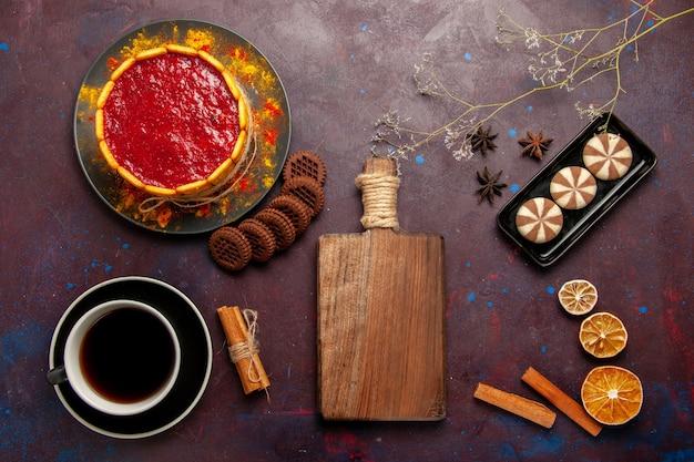 Bolo de sobremesa deliciosa com uma xícara de café e biscoitos no fundo escuro biscoito doce de biscoito doce Foto gratuita
