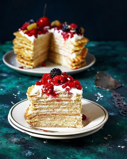 Bolo de waffle russo com creme de leite e frutas Foto gratuita