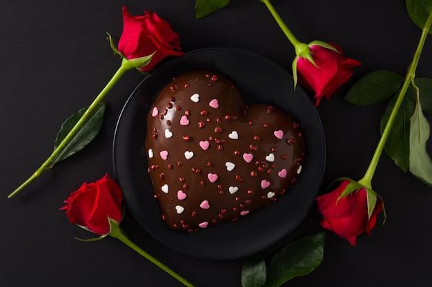 Bolo em forma de coração e rosa vermelha para dia dos namorados Foto Premium