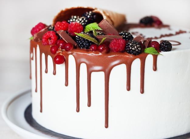 Bolo festivo com chocolate e frutas em um chifre de waffle Foto Premium