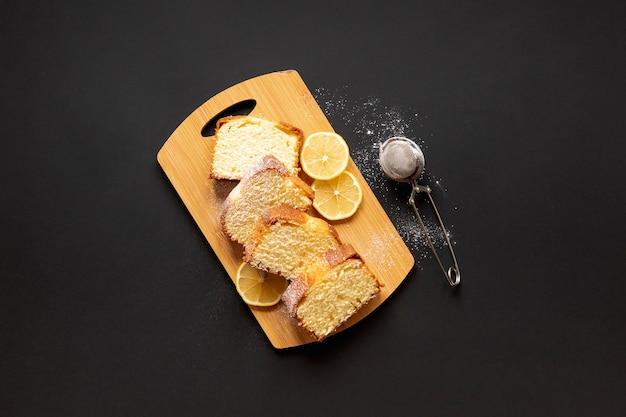 Bolo gostoso de vista superior com fatias de limão Foto gratuita