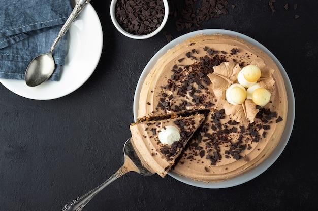 Bolo saboroso decorado com creme e chocolate amargo Foto Premium