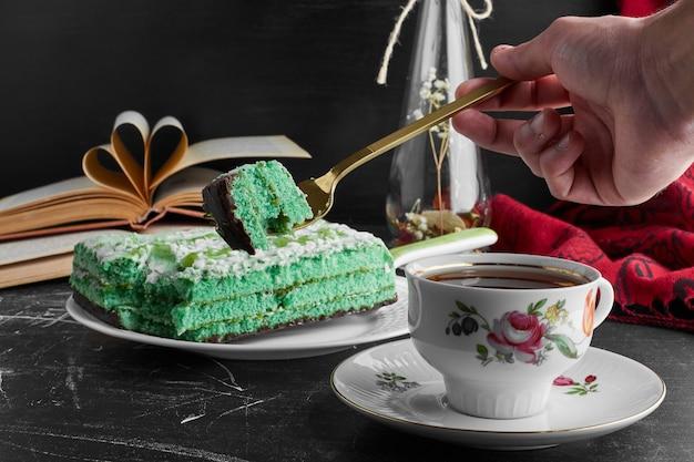Bolo verde com pistache e hortelã com uma xícara de chá. Foto gratuita