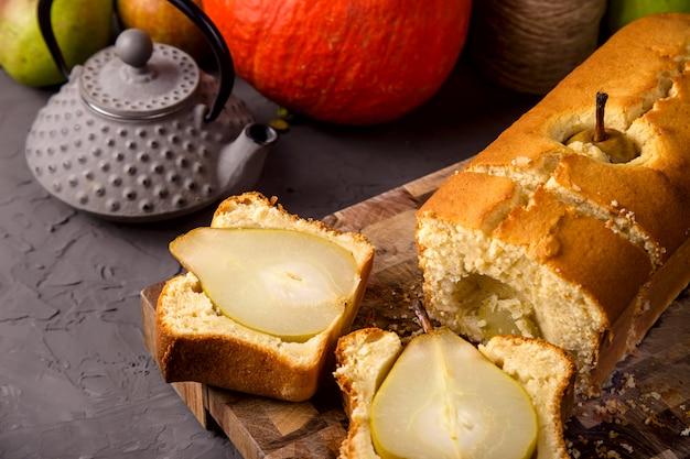 Bolos caseiros frescos com peras inteiras como uma sobremesa de outono Foto Premium