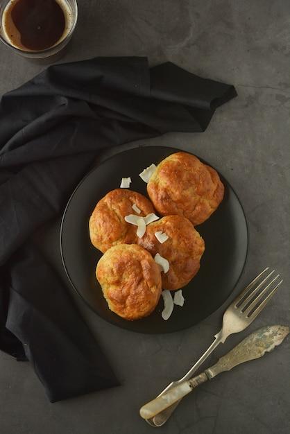 Bolos cozidos caseiros feitos da farinha de arroz. comida saudável, conceito de sobremesa. Foto Premium