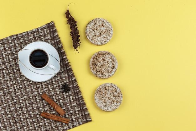Bolos de arroz, especiarias e xícara de café Foto gratuita