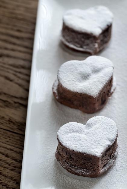 Bolos de lava de chocolate em forma de coração Foto Premium