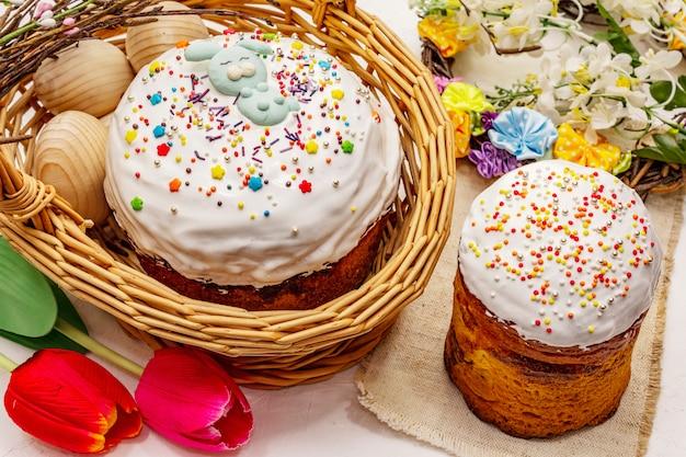 Bolos de páscoa em fundo branco de massa de vidraceiro. pão festivo ortodoxo tradicional Foto Premium