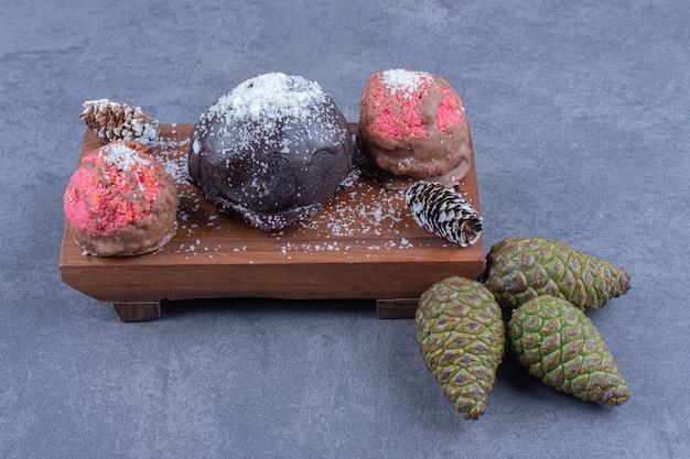 Bolos doces de chocolate e rosa com açúcar em pó Foto gratuita