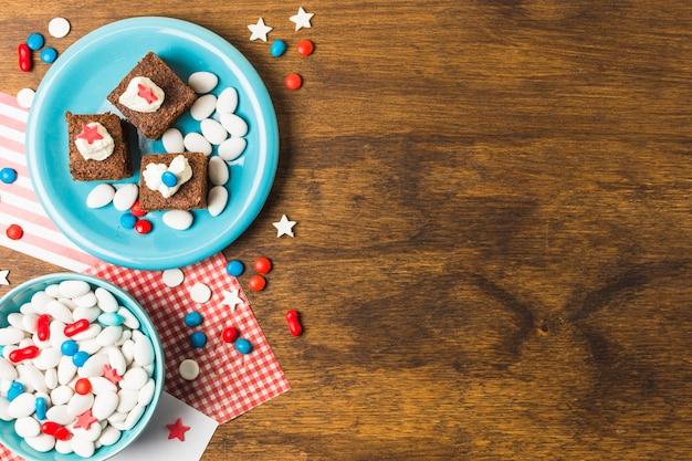 Bolos patrióticos festivos com doces para o dia da independência na mesa de madeira Foto gratuita