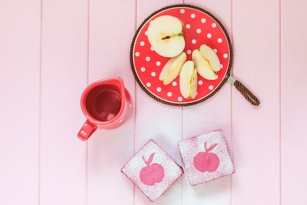 Bolos saudáveis quadrados deliciosos da fruta feitos do corinto, maçãs. Foto gratuita