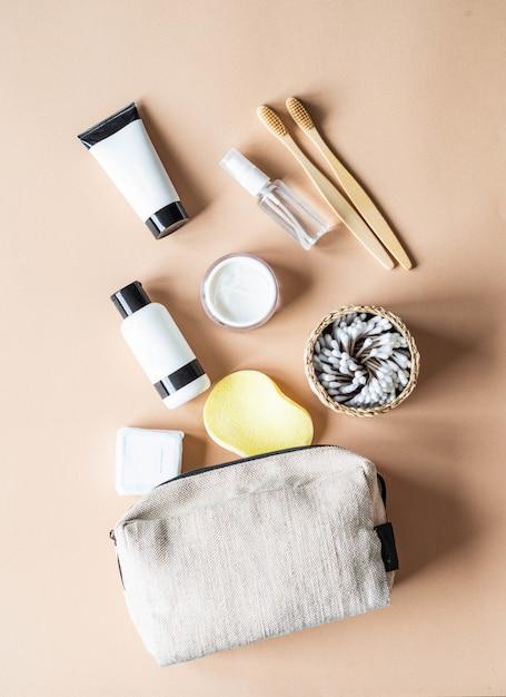 Bolsa cosmética de viagem com acessórios femininos Foto Premium