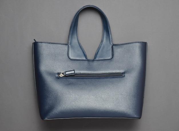 Bolsa de couro elegante em um fundo de papel cinza. vista do topo. Foto Premium