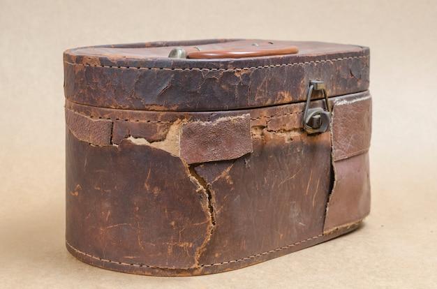 Bolsa de couro marrom velho no fundo marrom vintage Foto Premium