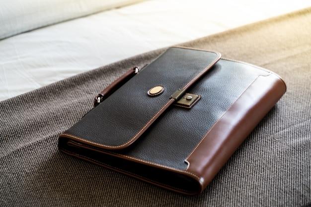 Bolsa de couro vintage escuro em fundo marrom Foto Premium