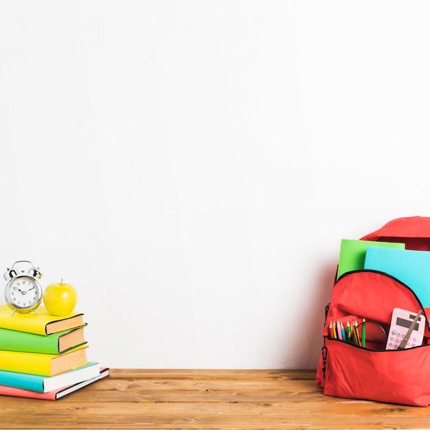 Bolsa de escola e livros na mesa Foto gratuita