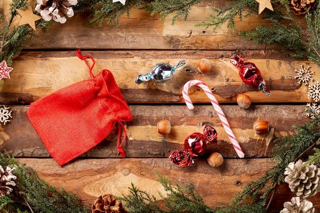 Bolsa vermelha de vista superior com doces ao lado Foto gratuita