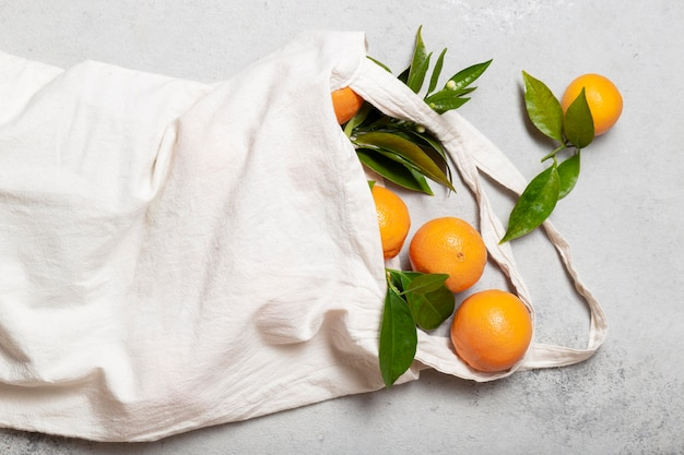Bolsa vista de cima com laranjas Foto gratuita