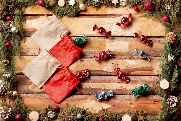 Bolsas da vista superior com doces ao lado Foto gratuita