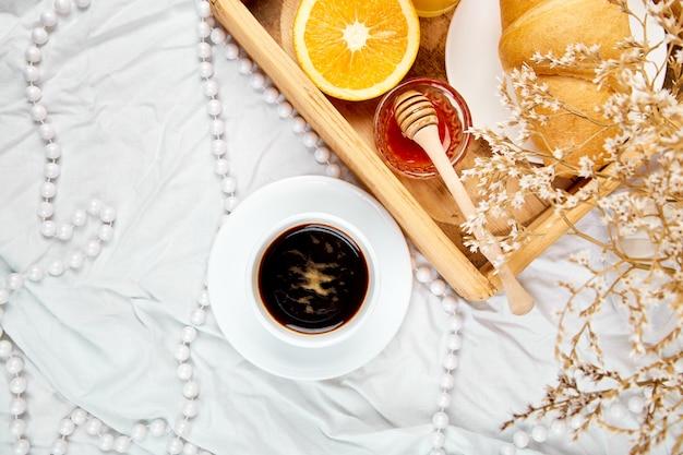 Bom dia. café da manhã continental em lençóis brancos. Foto Premium